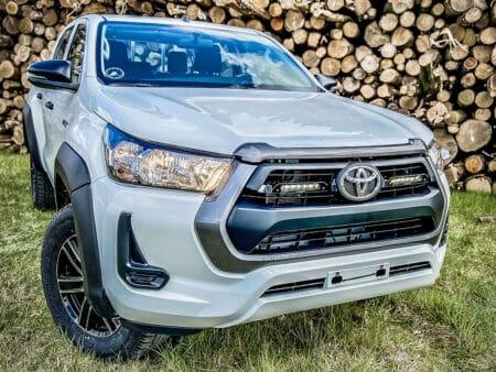 Toyota Hilux (2021+) – Sada pro osvětlení do mřížky chladiče